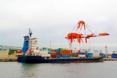Λιμένας Ndustrial με τα εμπορευματοκιβώτια στο σκάφος φορτίου shipfreight με το wo στοκ φωτογραφία με δικαίωμα ελεύθερης χρήσης