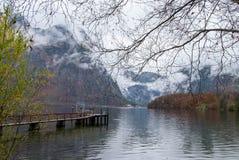 Λιμένας Obertraun δίπλα στην πόλη κατά τη διάρκεια της εποχής φθινοπώρου, που αισθάνεται ομο Στοκ Εικόνες