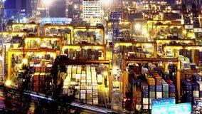 Λιμένας Timelapse εμπορευματοκιβωτίων τη νύχτα. Σφιχτός παν πυροβολισμός απόθεμα βίντεο