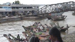ΛΙΜΕΝΑΣ, ΑΠΟΒΑΘΡΑ & ΛΙΜΕΝΟΒΡΑΧΙΟΝΑΣ: ΑΣΙΑ - βάρκες επιβατών και δίοδος φόρτωσης απόθεμα βίντεο