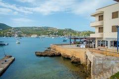 ΛΙΜΕΝΑΣ Δ ANDRATX, ΙΣΠΑΝΊΑ - 18 ΑΥΓΟΎΣΤΟΥ 2017: Andratx μαρίνα λιμένων στη Μαγιόρκα Βαλεαρίδες Νήσοι, με τα yatchs στο νερό και στοκ φωτογραφία