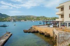 ΛΙΜΕΝΑΣ Δ ANDRATX, ΙΣΠΑΝΊΑ - 18 ΑΥΓΟΎΣΤΟΥ 2017: Andratx μαρίνα λιμένων στη Μαγιόρκα Βαλεαρίδες Νήσοι, με τα yatchs στο νερό και στοκ φωτογραφίες με δικαίωμα ελεύθερης χρήσης