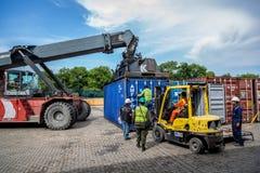 ΛΙΜΕΝΑΣ της ΚΑΡΧΗΔΟΝΑΣ, ΚΟΛΟΜΒΙΑ - 12 Σεπτεμβρίου 2013 - εργασίες που ενεργοποιούν τις βαριές μηχανές μέσα στο λιμένα της Καρχηδό Στοκ Φωτογραφία