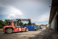 ΛΙΜΕΝΑΣ της ΚΑΡΧΗΔΟΝΑΣ, ΚΟΛΟΜΒΙΑ - 12 Σεπτεμβρίου 2013 - εργασίες που ενεργοποιούν τις βαριές μηχανές μέσα στο λιμένα της Καρχηδό Στοκ φωτογραφίες με δικαίωμα ελεύθερης χρήσης