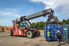 ΛΙΜΕΝΑΣ της ΚΑΡΧΗΔΟΝΑΣ, ΚΟΛΟΜΒΙΑ - 12 Σεπτεμβρίου 2013 - εργασίες που ενεργοποιούν τις βαριές μηχανές μέσα στο λιμένα της Καρχηδό Στοκ Φωτογραφίες