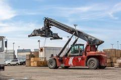 ΛΙΜΕΝΑΣ της ΚΑΡΧΗΔΟΝΑΣ, ΚΟΛΟΜΒΙΑ - 12 Σεπτεμβρίου 2013 - εργασίες που ενεργοποιούν τις βαριές μηχανές μέσα στο λιμένα της Καρχηδό Στοκ φωτογραφία με δικαίωμα ελεύθερης χρήσης