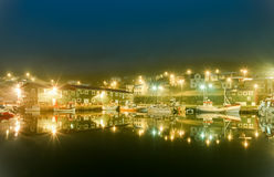Λιμενικά αλιευτικά σκάφη τη νύχτα με τα όμορφα φω'τα Siglufjordur, Ισλανδία Στοκ Εικόνες