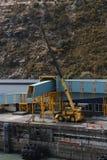 Λιμενική άποψη με το equipement ανύψωσης και τον ελλιμενίζοντας σημαντήρα θάλασσας για τα πορθμεία Στοκ Φωτογραφία