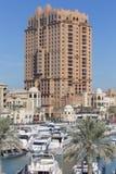 Λιμενική άποψη στον περίβολο μαργαριταριών Doha, Κατάρ, με τα γιοτ, τις βάρκες και τα κτήρια κάτω από την οικοδόμηση στο υπόβαθρο Στοκ Εικόνες