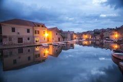 Λιμενική αντανάκλαση πόλεων σε Hvar Κροατία Στοκ Εικόνα