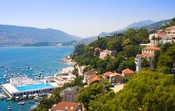 Λιμενική αποβάθρα της Novi Herceg, αγκυροβόλιο και λίμνη θάλασσας Κόλπος Kotorska Boka Στοκ Φωτογραφία
