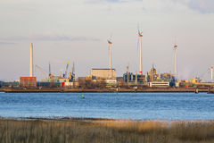 Λιμενική βιομηχανία και ανεμοστρόβιλοι στο φως του ήλιου βραδιού Στοκ Εικόνα