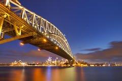 Λιμενική γέφυρα και ορίζοντας του Σίδνεϊ, Αυστραλία τη νύχτα Στοκ Εικόνα
