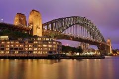 Λιμενική γέφυρα & πορφυρός ουρανός στοκ φωτογραφία