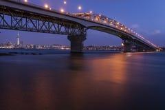 Λιμενική γέφυρα του Ώκλαντ τη νύχτα Στοκ φωτογραφία με δικαίωμα ελεύθερης χρήσης