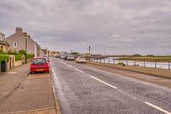 Λιμενική οδός Irvine στο Ayrshire Σκωτία που κοιτάζει πέρα από το παλαιό λιμάνι μέχρι το παλαιό μουσείο επιστήμης στη μακρινή από στοκ φωτογραφία