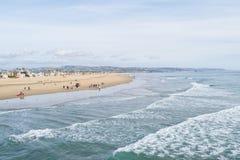 Λιμενική παραλία του Νιούπορτ με τα κύματα στοκ εικόνα