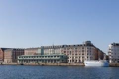 Λιμενική περιοχή και τυποποιημένο κτήριο στην Κοπεγχάγη, Δανία Στοκ φωτογραφία με δικαίωμα ελεύθερης χρήσης