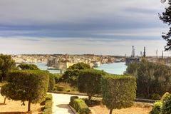 Λιμενική περιοχή πόλεων Valletta στη Μάλτα, με πολλά ιστορικά κτήρια κατά μήκος της ακτής στοκ εικόνες