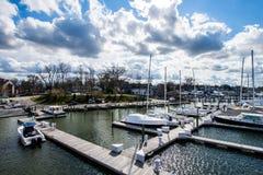 Λιμενική περιοχή Annapolis, Μέρυλαντ μια νεφελώδη ημέρα άνοιξη με το s Στοκ Φωτογραφίες