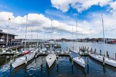 Λιμενική περιοχή Annapolis, Μέρυλαντ μια νεφελώδη ημέρα άνοιξη με το s Στοκ φωτογραφία με δικαίωμα ελεύθερης χρήσης