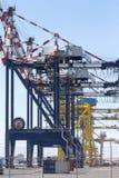 Λιμενική υποδομή με τους γερανούς και τα εμπορευματοκιβώτια Στοκ Φωτογραφία