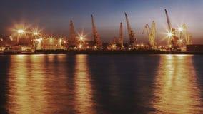 Λιμενικοί γερανοί τη νύχτα με την αντανάκλαση στο νερό Στοκ εικόνες με δικαίωμα ελεύθερης χρήσης