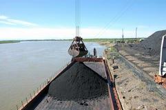 Λιμενικός γερανός φορτίου στο λιμένα ποταμών Kolyma στοκ φωτογραφία