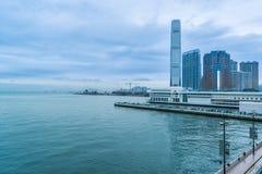 Λιμενικός ορίζοντας Βικτώριας Χονγκ Κονγκ και αποβάθρα πορθμείων Στοκ φωτογραφία με δικαίωμα ελεύθερης χρήσης