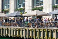 Λιμενικός φραγμός στο Canary Wharf που συσκευάζεται με την κατανάλωση ανθρώπων Στοκ Εικόνες