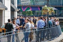 Λιμενικός φραγμός στο Canary Wharf που συσκευάζεται με την κατανάλωση ανθρώπων στοκ εικόνες με δικαίωμα ελεύθερης χρήσης