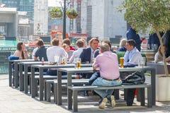Λιμενικός φραγμός στο Canary Wharf που συσκευάζεται με την κατανάλωση ανθρώπων Στοκ φωτογραφίες με δικαίωμα ελεύθερης χρήσης
