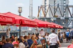 Λιμενικό εστιατόριο στο Canary Wharf που συσκευάζεται με τους ανθρώπους Στοκ Φωτογραφία