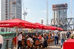 Λιμενικό εστιατόριο στο Canary Wharf που συσκευάζεται με τους ανθρώπους Στοκ εικόνες με δικαίωμα ελεύθερης χρήσης