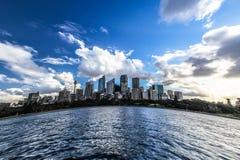 Λιμενικό πανόραμα του Σίδνεϊ με τους ουρανοξύστες Στοκ Εικόνα