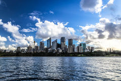 Λιμενικό πανόραμα του Σίδνεϊ με τους ουρανοξύστες Στοκ Εικόνες
