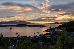Λιμενικό starburst ηλιοβασίλεμα Oban στο ροζ, μπλε, και κίτρινος σε Scotla στοκ εικόνες