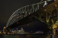 Λιμενικών γεφυρών και οριζόντων του Σίδνεϊ ορόσημα στην Αυστραλία κοντά Στοκ φωτογραφία με δικαίωμα ελεύθερης χρήσης