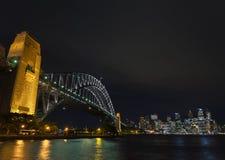 Λιμενικών γεφυρών και οριζόντων του Σίδνεϊ ορόσημα στην Αυστραλία κοντά Στοκ Εικόνα