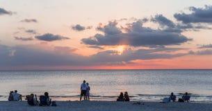 Λιμενοβραχίονας αποβαθρών στο ηλιοβασίλεμα στη Νάπολη, forida, ΗΠΑ στοκ εικόνες