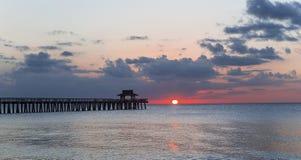 Λιμενοβραχίονας αποβαθρών στο ηλιοβασίλεμα στη Νάπολη, forida, ΗΠΑ στοκ εικόνες με δικαίωμα ελεύθερης χρήσης