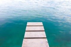 Λιμενοβραχίονας με το σαφές μπλε νερό Στοκ εικόνες με δικαίωμα ελεύθερης χρήσης