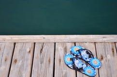 Λιμενοβραχίονας παντοφλών στην παραλία θαλασσίως Στοκ φωτογραφία με δικαίωμα ελεύθερης χρήσης
