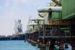 Λιμενοβραχίονας πετρελαίου στην ανατολή στοκ εικόνα