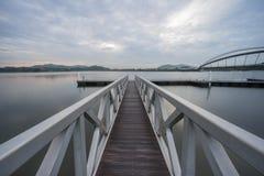 Λιμενοβραχίονας στη για τους πεζούς γέφυρα, Putrajaya στοκ φωτογραφία