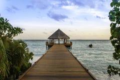 Λιμενοβραχίονας των Μαλδίβες στο ηλιοβασίλεμα Στοκ Εικόνα