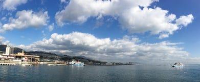 Λιμενοβραχίονας Miyajima στην ηλιόλουστη ημέρα στη Χιροσίμα, Ιαπωνία Στοκ Φωτογραφία