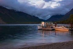 ΛΙΜΝΗ MCDONALD, MONTANA/USA - 22 ΣΕΠΤΕΜΒΡΊΟΥ: Ηλιοφώτιστες βάρκες στη λίμνη στοκ εικόνα με δικαίωμα ελεύθερης χρήσης