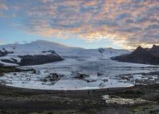 Λιμνοθάλασσα Fjallsarlon παγόβουνων με τα επιπλέοντα παγόβουνα και δραματική αντανάκλαση ουρανού στο νερό, εθνικό πάρκο Vatnajoku στοκ εικόνες
