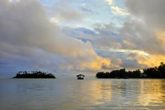 Λιμνοθάλασσα Muri στις νήσους Rarotonga Κουκ ηλιοβασιλέματος Στοκ φωτογραφίες με δικαίωμα ελεύθερης χρήσης